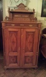 Антикварный салонный шкаф конца 19-го века