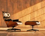 Луцк Кресло Eames Lounge Chair с оттоманкой для ног белая кожа/орех яс