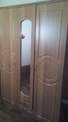 трехдверний шкаф с зеркалом